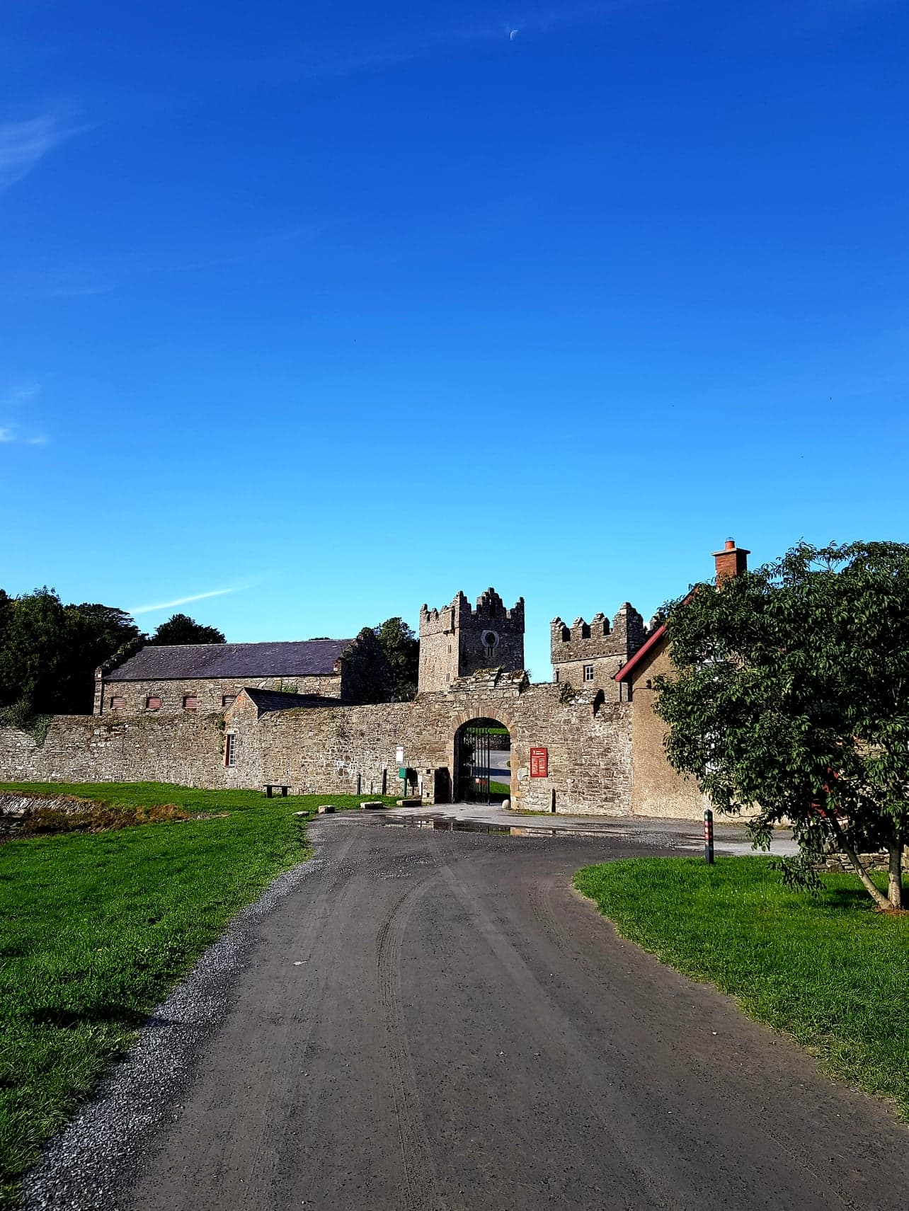 road leading to winterfell, featuring tower buildings and a wall surrounding the area