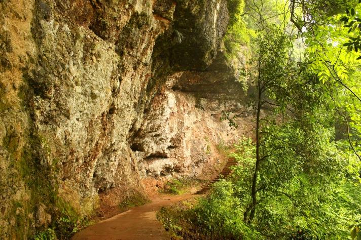 Qingchengshan cave trail