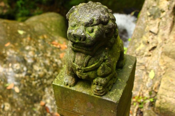 Qingchenghoushan bridge decor - a stone dragon carved into a post