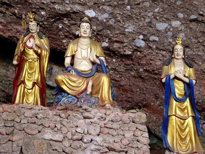 Qingchenghoushan three golden statues by the caves
